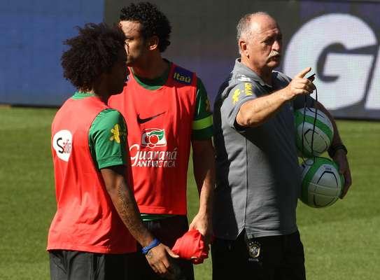 Luiz Felipe Scolari pode ter que fazer uma mudança importante na Seleção Brasileira para o amistoso desta quarta-feira contra a Suíça, na Basileia: David Luiz não treinou por conta de dores no joelho e pode ficar fora do jogo
