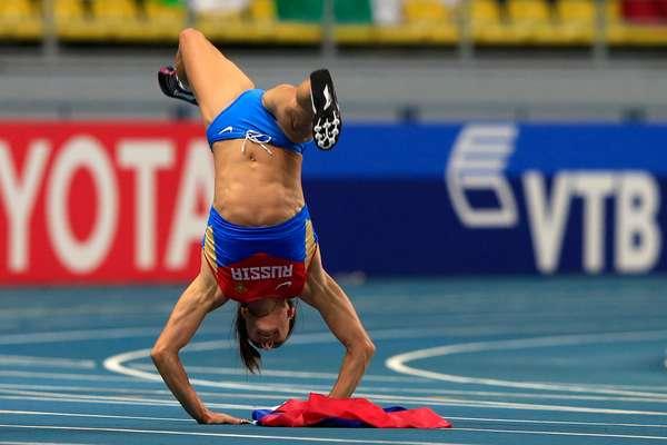 Yelena Isinbayeva comemora depois de garantir o ouro do salto com vara no Mundial de Atletismo de Moscou