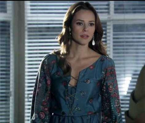O vestido azul de manga longa da Paloma (Paolla Oliveira), de Amor à Vida, ficou em primeiro lugar no ranking dos figurinos mais pedidos de julho e é importado