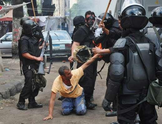 14 de agosto - Policiais egípcios detêm manifestante pró-Mursi em meio à repressão contra mobilização de simpatizantes do presidente deposto; segundo os últimos dados disponíveis até o início da tarde desta quarta-feira, ao menos 149 pessoas haviam morrido e 1,4 mil ficado feridas durante a ação de repressão das forças de seguranças egípcias