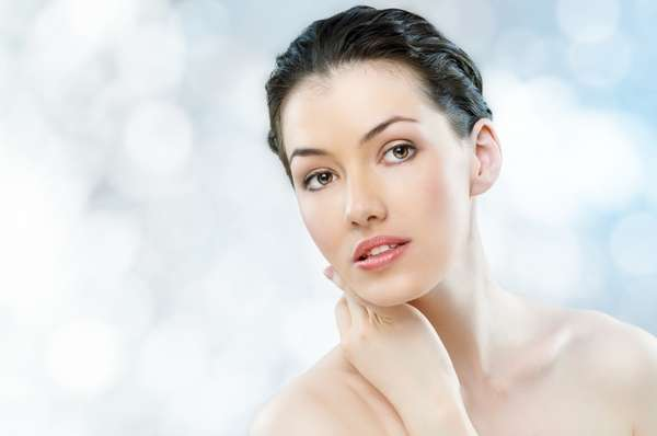 O primer serve para camuflar poros dilatados e marcas de expressão. O produto prepara o rosto para a maquiagem