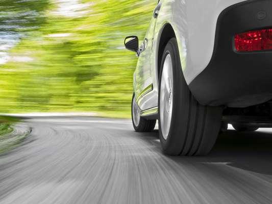 Em caso de colocar dois pneus novos, o recomendando é colocar nas rodas traseiras e passar os usados de trás para frente