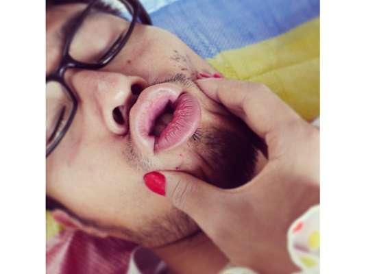 Um usuário japonês queria postar fotos de casal no Instagram, mas tinha um problema: não tinha namorada. Para resolver a questão, Keisuke Jinushi resolveu usar maquiagem e esmalte para fingir que tinha alguém.
