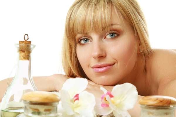 Com ingredientes simples, os óleos corporais caseiros são capazes de penetrar profundamente na cútis para revigorá-la e proporcionar sensação de frescor e maciez