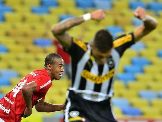 Botafogo se revoltou com gol sofrido aos 49min do segundo tempo; Fabrício marcou para os colorados