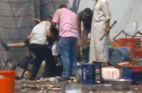 Egípcios socorrem homem no chão após este ser baleado pelas forças de segurança