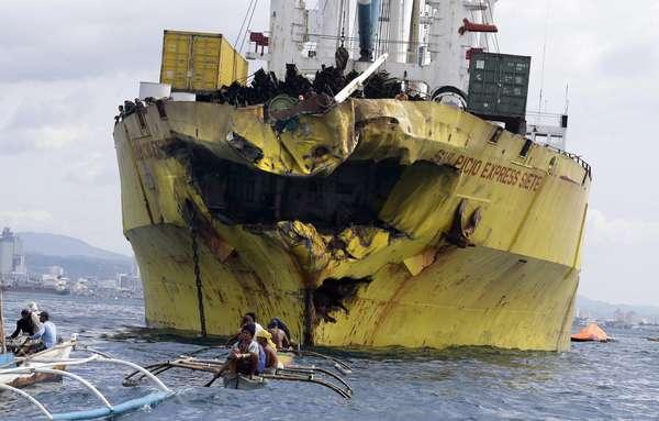 Dezenas de pessoas morreram depois do naufrágio de uma balsa que colidiu com um navio cargueiro na região central das Filipinas