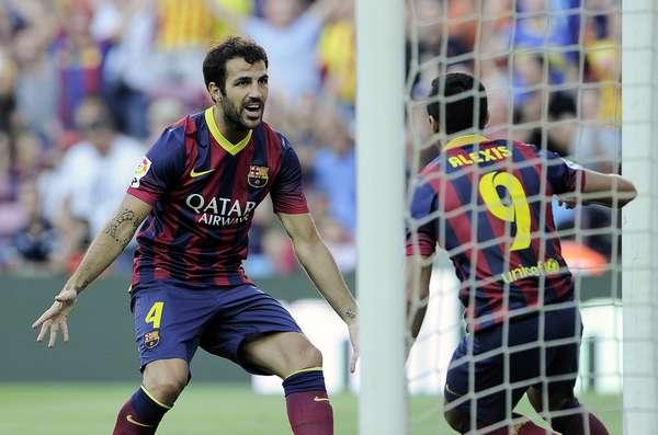Fabregas e Alexis Sánchez comemoram gol do Barcelona, que massacrou o Levante por 7 a 0 na estreia do Campeonato Espanhol