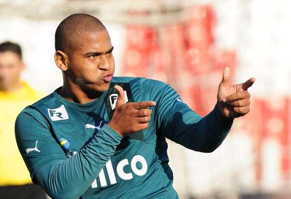 O atacante Walter, que chama a atenção pela má forma física, foi decisivo mais uma vez e garantiu a vitória do Goiás sobre a Ponte Preta