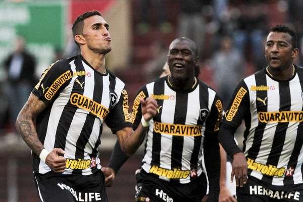 Líder do Campeonato Brasileiro, o Botafogo tinha sido superado pelo Cruzeiro no sábado, mas recuperou o topo da tabela rapidamente. Rafael Marques (esq.) marcou o segundo e decisivo gol do time contra a Portuguesa, neste domingo, no Estádio do Canindé