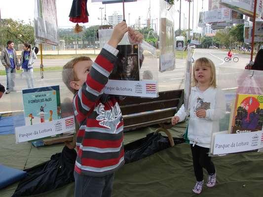 Um programa cultural no parque Ramiro Ruediger, em Blumenau, pretende estimular a leitura aos frequentadores do espaço