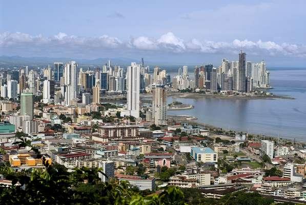 Ao aterrissar na Cidade do Panamá, os turistas encontram uma cidade cada vez mais moderna, com arranha-céus que brotam do chão a uma velocidade impressionante