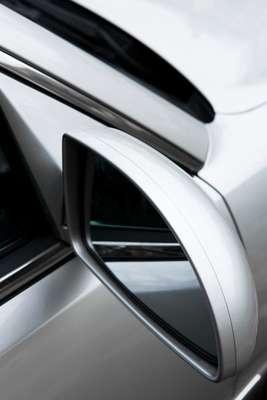 O módulo de acionamento ajusta o espelho em direção ao chão na hora da manobra