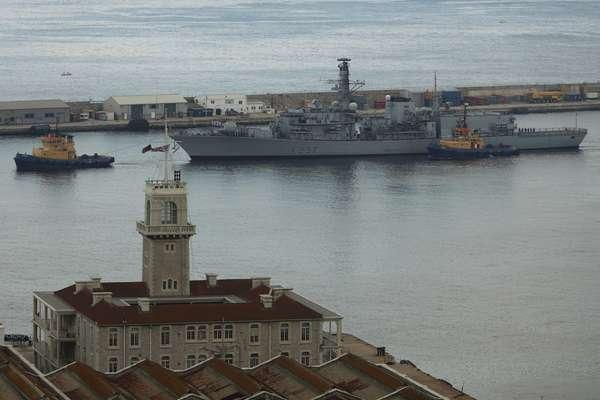 19 de agosto - A fragata britânica HMS Westminster é rebocada em direção ao porto de Gibraltar após chegar ao local nesta segunda-feira. Navios de guerra britânicos chegaram a este território no Mediterrânero para exercícios militares