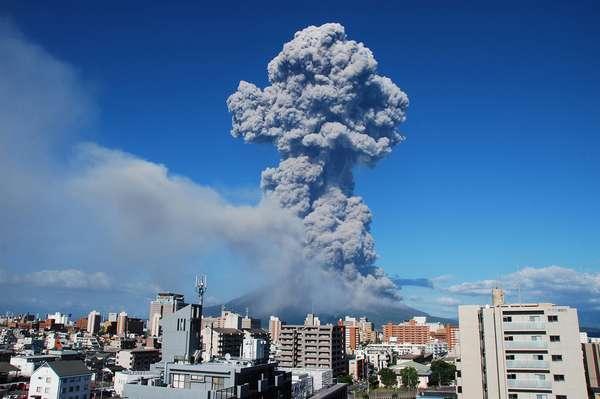 Imagem divulgada nesta segunda-feira mostra a cidade de Kagoshima em frente ao vulcão Sarurajima em erupção. A explosão emitiu uma coluna de fumaça que atingiu 5 km de altura. Não há informações sobre feridos