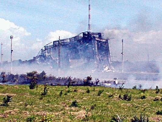 Torre de lançamento ficoudestruída após acidente com o VLS-1,veículo lançador de satélites brasileiro:acidente que destruiu o terceiro protótipo do País na sua busca pela autonomia espacial completa 10 anos em 22 de agosto de 2013