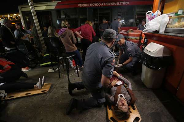 Oito pessoas ficaram feridas depois que dois ônibus bateram dentro do terminal de ônibus Parque Dom Pedro II, um dos maiores da capital paulista, no final da tarde desta quarta-feira
