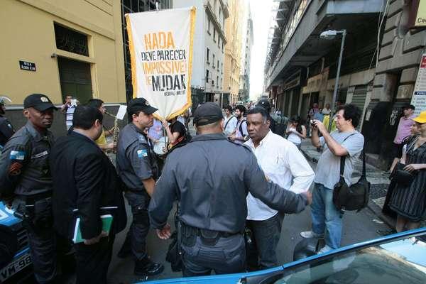 Grupo protestou na Câmara de Vereadores do Rio de Janeiro durante a primeira sessão da CPI do Ônibus