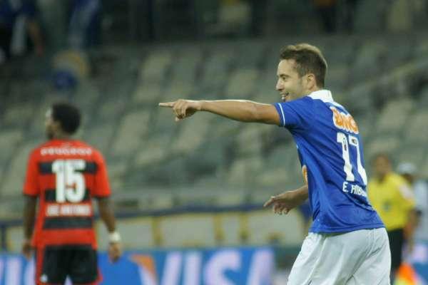 """Everton Ribeiro fez uma """"pintura"""" no Mineirão e contribuiu com a vitória do Cruzeiro contra o Flamengo, por 2 a 1, pela Copa do Brasil"""