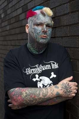 Mathew Whelan, que mudou seu nome para Body Art, teve rosto cortado para ganhar cicatrizes em forma de desenhos
