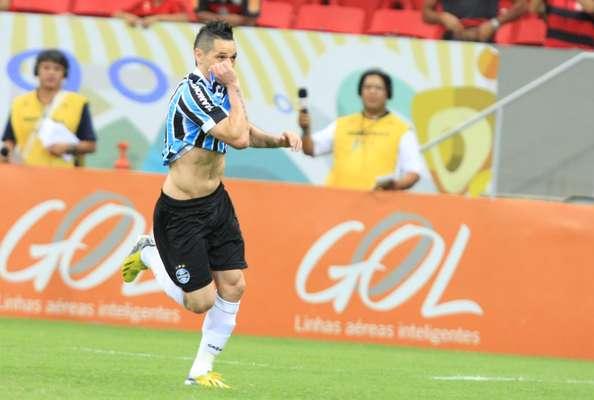Pará fez gol de falta aos 7min da etapa inicial para dar vitória ao Grêmio sobre o Flamengo, pela décima sexta rodada da competição; a quarta vitória seguida deixa o clube gaúcho firme na briga pelo topo do Campeonato Brasileiro