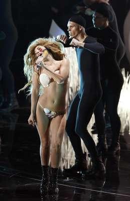 """Lady Gaga lució como una especie de Eva mientras cantaba su nuevo hit""""Applause"""" en la apertura de losMTV Video Music Awards 2013."""