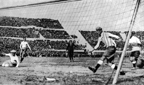 Na primeira Copa, em 1930, vencida pelo Uruguai (foto), um árbitro brasileiro protagonizou uma das primeiras lambanças da história: Gilberto de Almeida Rego terminou o jogo Argentina 1 x 0 França, pela primeira fase, seis minutos antes do tempo regulamentar