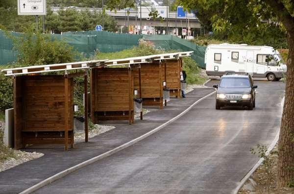 O governo suíço inaugurou na noite de segunda-feira as cabines do sexo, uma fileira de garagens de madeira ao estilo drive-in em uma pista sinuosa onde os cliente podem visitar as prostitutas em seus carros, protegidos dos olhares curiosos e das câmeras de segurança