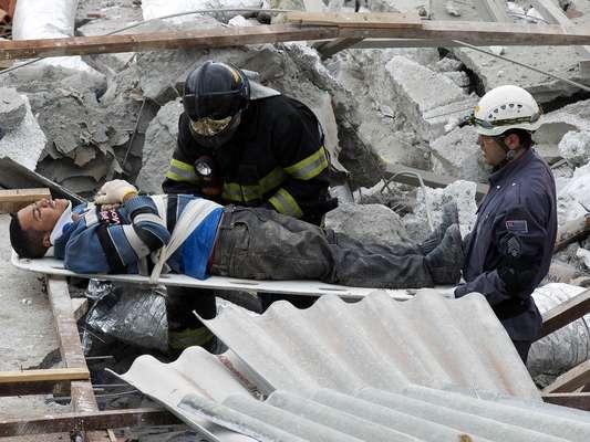 Al menos seis personas murieron al hundirse hoy un edificio en construcción de dos pisos en la ciudad brasileña de Sao Paulo, según el Cuerpo de Bomberos, que ha rescatado hasta el momento a 20 personas del lugar de la emergencia. Un portavoz del Cuerpo de Bomberos dijo a la prensa que se cree que unas diez personas permanecen atrapadas bajo los escombros, incluida una con la que mantienen contacto telefónico. Esa persona se encuentra debajo de dos losas de concreto y tiene las piernas atrapadas bajo los escombros, según los socorristas. En la obra trabajaban unas 35 personas cuando ocurrió el accidente.