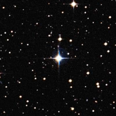 Imagem mostra a gêmea solar HIP 102152, estrela situada a 250 anos-luz de distância da Terra na constelação do Capricórnio. Ela é mais parecida com o Sol do que qualquer outra gêmea solar, tirando o fato de ser quase 4 bilhões de anos mais velha (é a mais velha já identificada), o que nos dá a oportunidade sem precedentes de estudar como o Sol será quando envelhecer. As cores diferentes são pelo fato dela se mover ligeiramente entre as duas exposições, obtidas com um intervalo de muitos anos de diferença.
