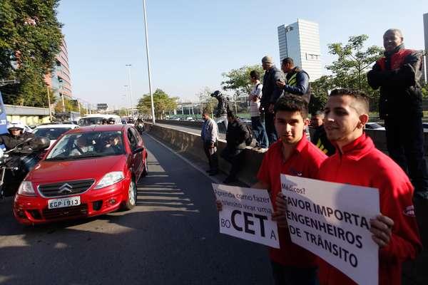 Manifestantes ironizam medidas no trânsito da capital paulista em protesto que fechou a pista local da Marginal Pinheiros, sentido Castelo Branco, em São Paulo