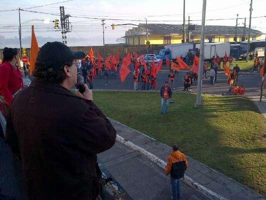Porto Alegre - Manifestantes bloquearam vias nas proximidades da estação rodoviária de Porto Alegre na manhã desta sexta-feira