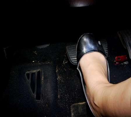 A trepidação no pedal é normal, causada pelo acionamento do ABS