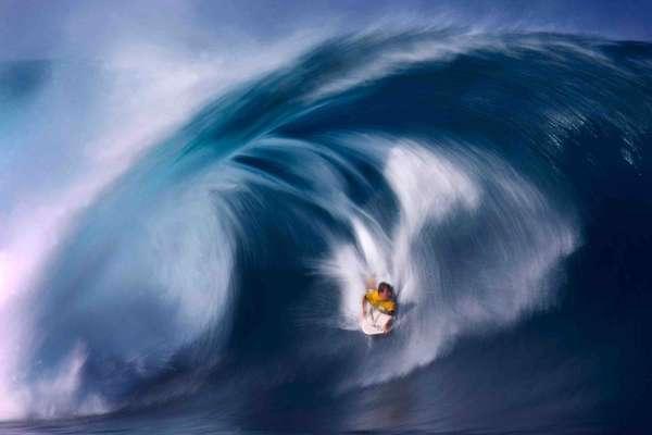 Pipeline, Oahu, HavaíPipeline é o nome que mais faz sonhar os surfistas do mundo inteiro, mas apenas os melhores têm a capacidade de encarar algumas das ondas mais perigosas do mundo neste spot do norte da ilha de Oahu, que atinge frequentemente 6 metros de altura em dias normais, e mais de 20 metros em dias melhores, quebrando em águas rasas com muitos corais pontiagudos