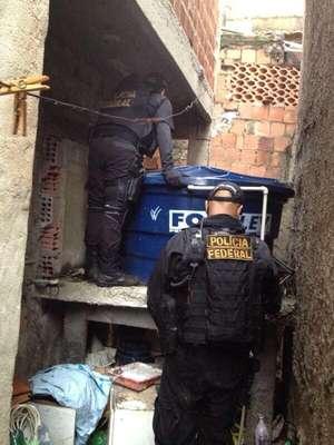 Policiais federais procuram traficantes no Complexo da Maré