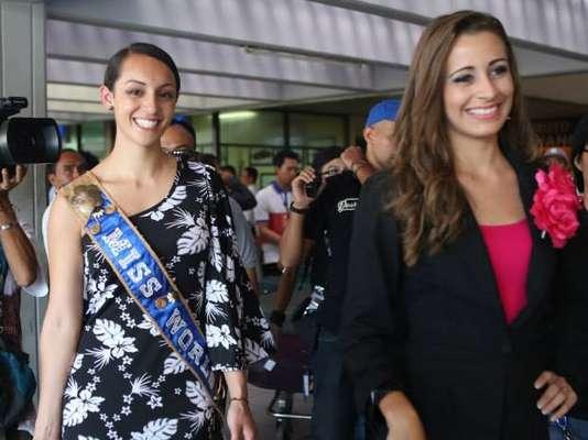 Miss Samoa y Miss Honduras, coincidieron en su llegada y fueron recibidas con todos los bombos y platillos del caso.