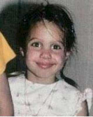 Esta preciosa niña de la foto no es otra que la actriz Angelina Jolie, cuyos rasgos ya apuntaban maneras de belleza desde una edad bien temprana.