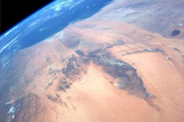 """O """"olho do Saara"""" foi registrada pela astronauta Karen Nyberg. Também conhecida como """"Olho da África"""", """"Estrutura de Richat"""" ou """"domo de Richat"""", essa complexa estrutura circular, que só pode ser vista totalmente do espaço, fica na Mauritânia, em meio ao deserto do Saara, e sua formação constitui um enigma científico. O ano de 2013 foi repleto de fotos incríveis da Terra vista do espaço. Veja, a seguir, as melhores delas"""
