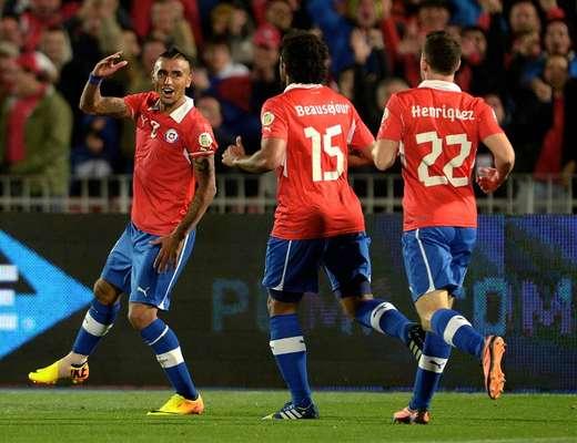 Chile goleó 3-0 a Venezuela para subir al tercer lugar de la tabla en la Conmebol, rumbo a la eliminatoria rumbo a Brasil 2014.