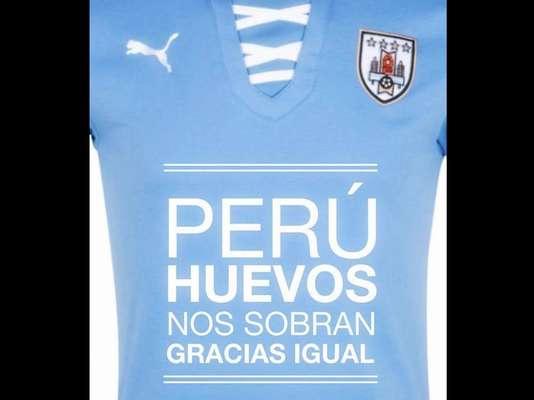"""""""Se terminó!!! Uruguay derrotó a Perú 2 a 1... y que quede claro... HUEVOS SOBRAN!!!"""", se lee en la leyenda de una de las imágenes publicadas en el perfil oficial de Facebook de la selección charrúa."""