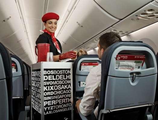 Um grupo formado por profissionais de várias áreas, desde engenheiro, designer a publicitário, criou uma utilidade para os carrinhos usados no avião para servir comes e bebes que são descartados