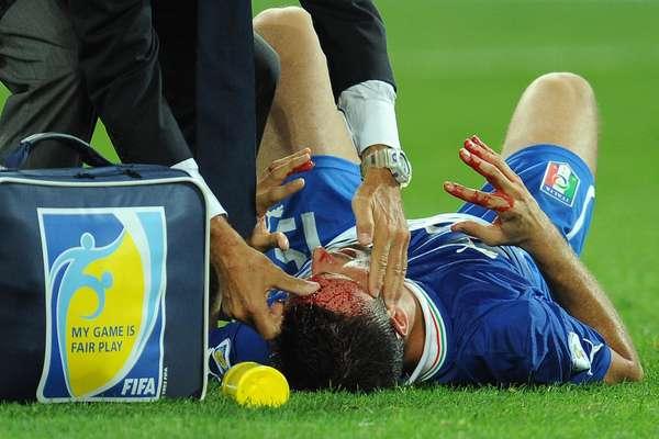 Nem tudo foi festa para a Itália na vitória por 2 a 1 sobre a República Checa; o lateral Pasqual se machucou feio após choque e gerou preocupação
