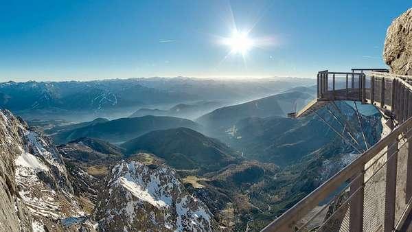 """Escada para o Nada, Áustria:Os visitantes da """"Escada para o Nada"""", situada no resort austríaco de Dachstein, precisam de coragem em dose dupla. Primeiro, é preciso atravessar os 100 metros da ponte mais alta da Áustria, com quase 400 metros, para chegar ao penhasco do qual parte a escada. Em seguida, os visitante têm pela frente 14 degraus que descem em direção ao vazio protegido apenas por paredes de vidro transparentes"""