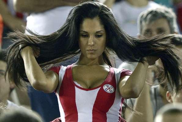 Paraguaia mexe nos cabelos enquanto assiste à derrota de sua seleção para a Argentina; veja as melhores fotos das torcidas na rodada desta terça das Eliminatórias para a Copa do Mundo de 2014