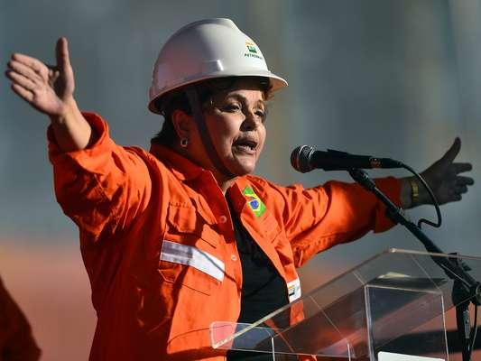 Dilma participou da cerimônia que marcou o início da operação de um terminal de GLP da Petrobras, no estaleiro Inhaúma, no Caju, zona norte do Rio