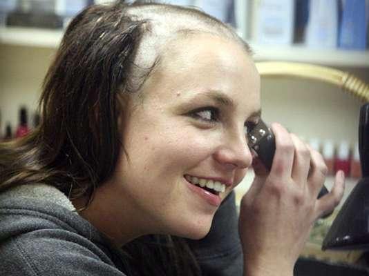 Britney Spears. La cantante se rapó en 2007 y además de ser objeto de burlas tuvo que buscar alternativas para cubrirse la cabeza, años después su publicista reveló que la 'Princesa del Pop' se tumbó el cabello para evitar que le hicieran exámenes de droga y perder a sus hijos.