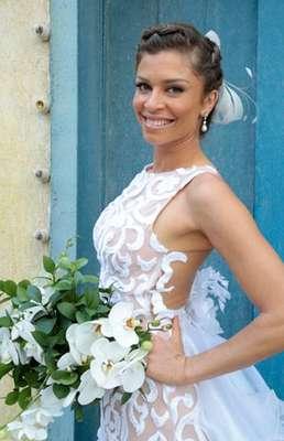 """A novela Flor do Caribe terminou nesta sexta-feira (13). Ester (Grazi Massafera) disse """"sim"""" ao grande e único amor de sua vida, Cassiano (Henri Castelli). Veja o que rolou no fim da trama!"""