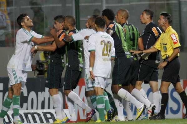 O empate entre América-MG e Palmeiras, por 1 a 1, no Estádio Independência, terminou com confusão generalizada no gramado: Alan Kardec e o goleiro Matheus foram expulsos; veja