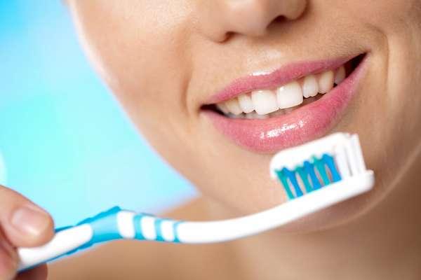 Cepillarse los dientes muchas veces y con mucha fuerza puede dañar las encías y dejar las piezas dentales desprotegidas