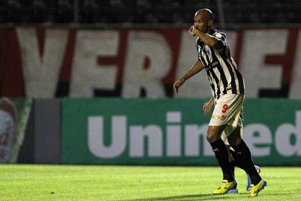 Com dois gols de Dinei, o Vitória virou contra o Náutico, fez 2 a 1 e fugiu da zona de rebaixamento